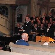 Thomas Åstrand får publiken  manskören och musikanter att sjunga...