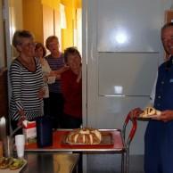 """Roland Svensson blir bjuden på den efterlängtade Kungstårtan av """"Flickorna i köket."""""""