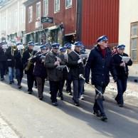 Sveriges påskgladaste musikanter Gunnebo musikkår i täten på  påskparaden storgatan ned mot torget.