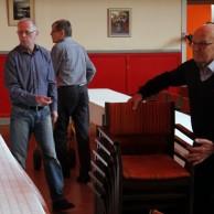 Till musikcafeét skall Folkets Hus stolar och bord ställas ut. Göran Carlsson Anders Ålstam och Göthe Medner har många års erfarenhet.