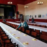 Vita dukar och rättning på stolar och koppar ser Vivan Gunnarsson och Britt-Marie Ålstam till att det blir.