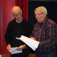 Lars Axmon och Ola Ålstam går igenom musikcafeéts program