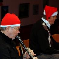 Lars Norström spelar en julmelodi för Sven-Erik Andersson
