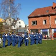 O, hur härligt Majsol ler : Publiken och musikanterna trivs i solen. Varmaste morgonen på länge.