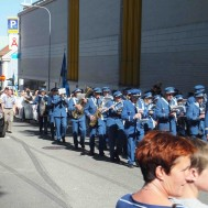 Musikkåren på marsch till stadsparken