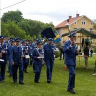 Marsch utan musik , Gunnar Andersson visar vägen.