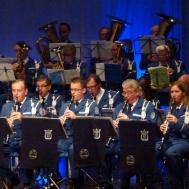 Klarinetter horn basar och en som håller takten.
