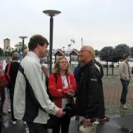 Lars Axmon hälsar Annika Ronngaard med make välkommen