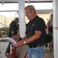 """Musikkårens nya """"sångsolist"""" Jonas Ålstam, Eije Högberg på dragspel."""