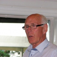 Kårens dirigent Gunnar Andersson informerar om höstens program.