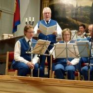 """En av kvällens solister Roger Appelqvist sjunger """"Gören Portarna Höga""""."""