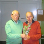 Även den nyvalde hedersmedlemmen Jan-Erik Gunnarsson uppvaktades med en blomma av Ola Ålstam