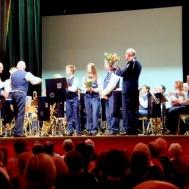 Musikkår solister och dirigent tackas för en härlig cafékväll.
