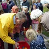 Ulf Viberg delar ut påskfjädrar till påskbjörken.