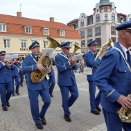 Saxofon bas horn  och baryton sida vid sida upp på stora torget.