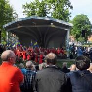 """Firandet avslutades med Westervik Twirling Troop / Gunnebo musikkår och """"Under Blå Gul Fana""""."""