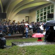 Inget regn kan stoppa musiker små som stora.