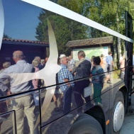 Hallens Buss åker vi med.