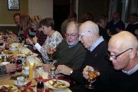 Mats Nilsson , Annika Ronngaard , Eva Henell , Susanne Israel , Göran Rosenmüller , Gunnar Andersson och Lars Axmon festar på julmackan. Mums