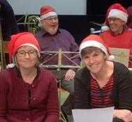 Bara glada miner ....Eva Susanne Roger och Janne tycker det är roligt med julgranssväng..