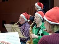Två saxofoner en flöjt och en lekledare