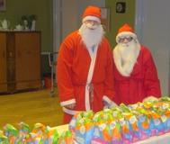 Tomtarna delade ut godis till alla barn både STORA och SMÅ.