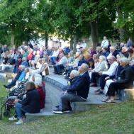 Ca 200 kom för att lyssna på musikkåren.