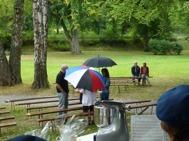 SÅ kom regnet..... inte ovanligt när musikkåren spelar i Ankarsrum...