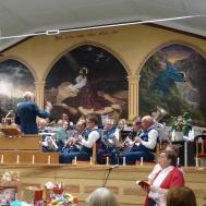 Musikkåren spelar och publiken sjunger för full hals Gå Sion din Konung att möta.