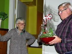 Kårena kaffekokerska Tackades med vackra blommor av Ola Ålstam