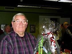 Musikkårens ordförande : Ola Ålstam fick också en blomma .