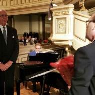 En trotjänare Kurt Snygg slutar som dirigent efter mer än 50 år som dirigent för Vena/Kristdala manskörer avtackas av ordföranden i Västerviks Manskör