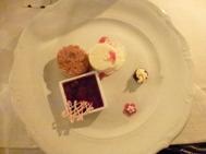 Glassbomb fylld med hallonsorbet och vaniljglass,mandelkaka och färska bär.