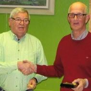 Ordförande Ola Ålstam tackar Lars Axmon som efter mer än 10 år som kassör överlämnar denna syssla till Tommy Olofsson.