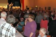 "Publiken med i ""Moster Ingeborg"" med rörelser."
