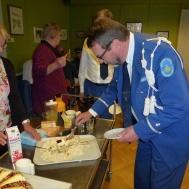 Jesper Sörensen lät sig väl smaka av tårtan....