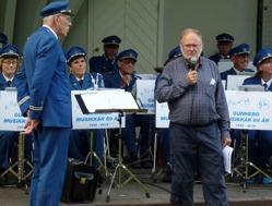 Representant för Stadsparksföreningen hälsade musikkår och publik välkommen