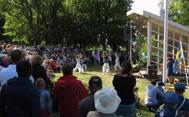 Dansgrupp ur den komunala kulturskolan uppförde en mordern dans .