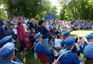 Västerviks Manskör sjöng några traditionella sånger och publiken njöt i det fina vädret