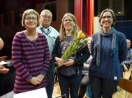 För medlemskap i Gunnebo Musikkår Hedersmärke i guld och Förbundsmedalj i guld (miniatyr) 25 år till Annika Ronngaard . Utdelare Eva Henell, Ola Ålstam och Malin Nordlund.