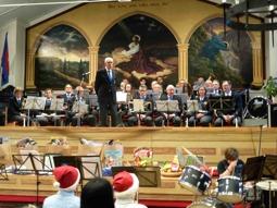 Gunnebo Musikkår på Frälsningsarméns Julmässa. Första gången Musikkåren spelade på Armén var 1975 . 41 år och lika unga