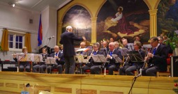 Musikkårens dirigent Gunnar Andersson och musikkåren spelar Julmelodier
