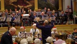 Elever från Kulturskolan spelade med hjälp av musikkåren kända julmelodier under Nils-Inge Anderssons ledning