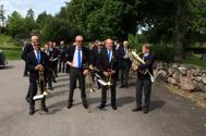 Avslappade musikanter förbereder sig för marsch till Västrums Hembyggdsdag