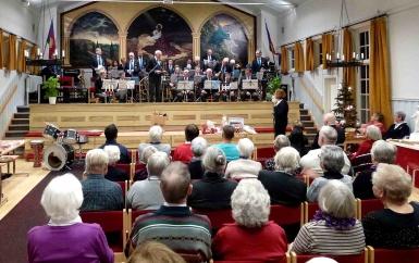 Lena Andersson tackar musikkåren för 45 års?? återkommande besök på julmässan