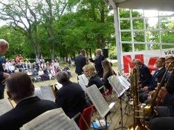 Tommy Persson gratulerades på 50-Årsdagen av ordförande Ola Ålstam och musikkåren med Musikkårens standar. Hurra hurra.