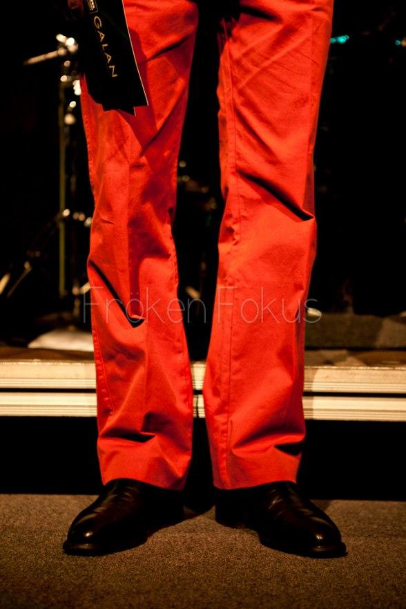 Kvällens trend: röda brallor, club blazer, randig slips. :-)