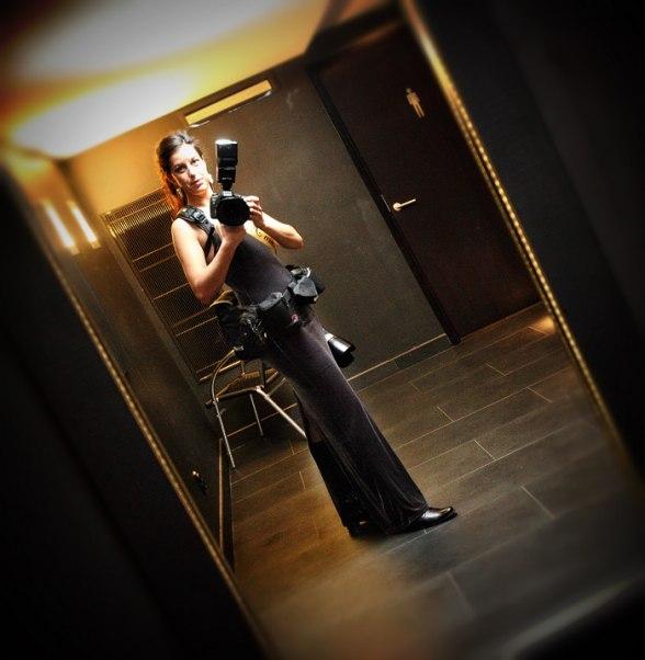 """Modesty Blaise ready for action... hmm, allt blev bråttom, men man kan skymta mitt fina """"fröken fokus""""-axelband bakom kameran... mitt lilla sätt att marknadsföra mig denna kväll. Kuligt ju!"""