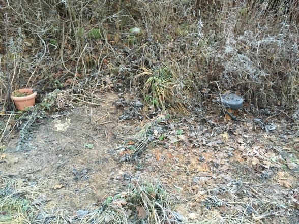 Inne i skräphögen hittar vi brunnen som anlades för ca 10 år sedan, borrad .