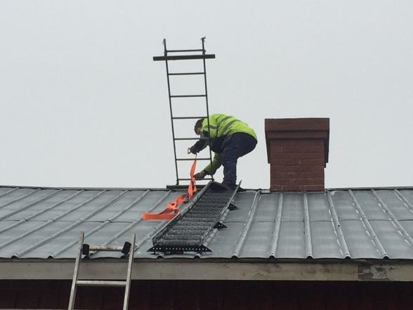 Med gemensamma krafter har vi fått upp den gamla takstegen på taket.
